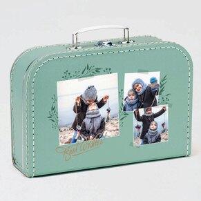 gruener-pappkoffer-mit-fotocollage-zu-weihnachten-TA11949-2000004-07-1